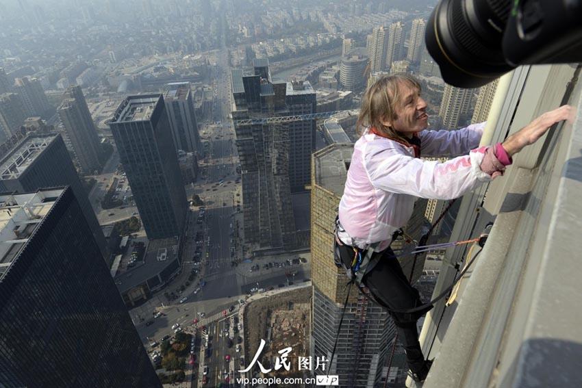 其中包括巴黎埃菲尔铁塔,纽约帝国大厦,上海金茂大厦,台北101大楼和迪
