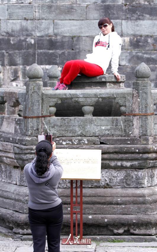 湖北武当山:游客随意攀爬文物大煞风景