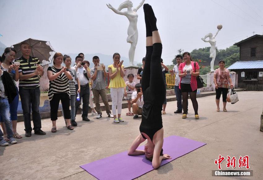 美女留学生重庆路边练瑜伽引市民围观【4】