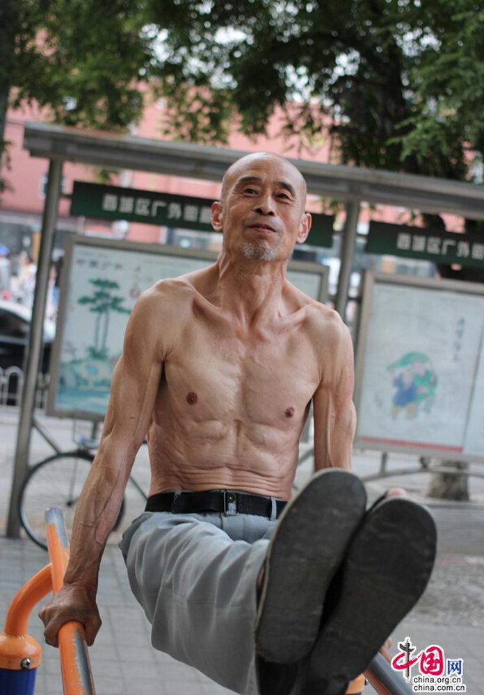 6月4日,北京红莲中里小区运动场,65岁的李朴林在单双杠上表演绝活,引来现场一片叫好声。一身结实的肌肉,很难让人想到他已经年满65岁。50岁时,因为一个偶然机会,李大爷开始练习单双杠,15年来几乎没有中断,夏天光着膀子,冬天穿个毛衣戴副手套,每天扒在单杠上练自己的绝活,没想到15年后练成了肌肉男。李大爷说,他喜欢看体操节目,模仿里面的动作,觉得好看,就坚持了下来,没想到一练就是15年,有了这个乐趣,感冒发烧大小病全无,未来还想再坚持练10年。中国网 焦源源 摄