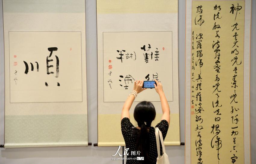 师在河北邯郸办书画展 现场 卖萌 不断