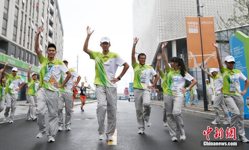 青奥会志愿者与外国运动员一起热舞小苹果【