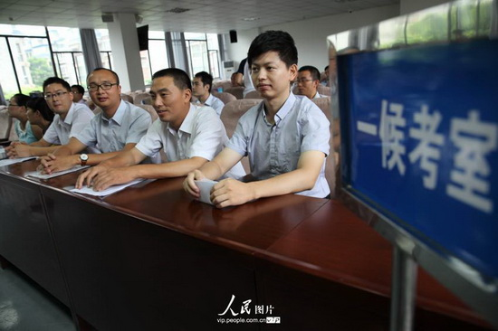 四川首次面向工人农民考录公务员进入面试程序