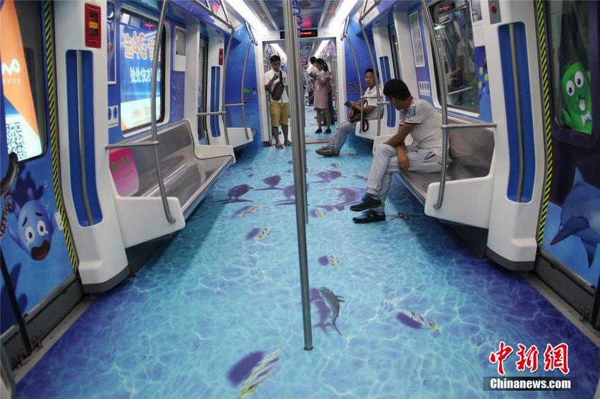 8月22日,宁波轨道交通海底世界3D专列首次亮相。列车车厢内贴满了具有3D效果的海洋元素贴画,行走在车厢地面上,仿佛置身于美丽的海洋世界。宁波是一个现代化国家港口城市,选择海洋元素为主题的车厢设计能够突出反映甬城的城市特色。(林波)