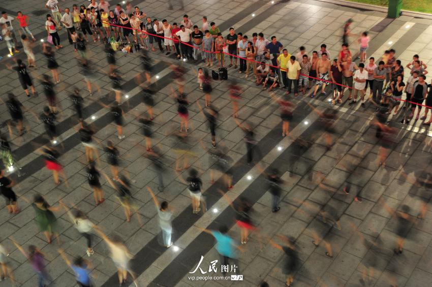 """广场舞""""占领""""杭州东站 车站划出""""跳舞固定区域"""""""