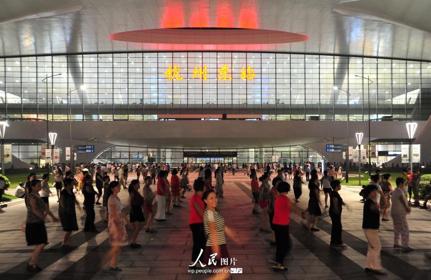 """广场舞""""占领""""杭州东站 车站划出""""跳舞固定区域""""【2】"""
