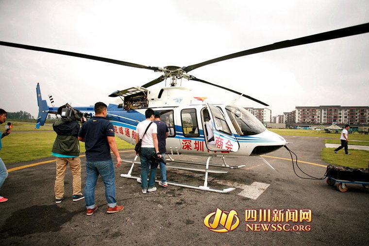 9月25日下午2点半,一架从安岳县赶来的贝尔407直升机降落在驼峰洛带机场。这架直升机里搭乘着一位突发脑梗塞,并伴随冠心病、肺部感染的78岁高龄的危重病人。据四川新闻网记者了解,这架用于急救的直升机是四川某富豪的私人直升机,患病的老人则是这位神秘富豪的安岳县乡亲。为了让病危老乡得到及时治疗,当天,富豪专程从成都派出私人直升机飞赴安岳,实施了一场争分夺秒且花销不菲的救援。 老人深度昏迷 私人直升机紧急救援 25日下午1点整,在洛带驼峰机场内,机长陈先生接到紧急任务立刻飞往安岳县,县医院内一位老人因脑梗塞,