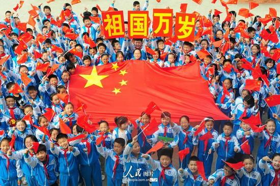 安徽阜阳 祝福祖国让梦飞翔 小学生喜迎国庆到来 2014.9.27 海外版4版