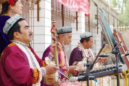 2014年9月26日,新疆库车县塔里木乡英达雅村举行文艺汇演,喜迎古尔邦