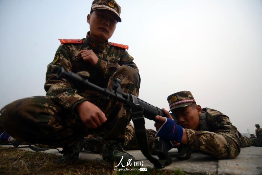 11月12日,在江苏南京武警某部,新兵们期待已久的第一次实弹射击科目训练如期展开,95后新兵在进行首次实弹射击训练。 自2013年由冬季征兵改为夏季征兵之后,应征的新兵中有不少是大学生,95后已成为新兵阵营中的主流。他们给绿色军营带来了勃勃生机,也面临着完全陌生的环境。为了帮助新兵尽快适应部队生活,迈好军营第一步,新兵入营后,全国多地军营积极开展新兵适应性训练,有效提高新战士适应部队的能力。 在新训的日子里,新兵们痛并快乐着,痛并进步着。这些95后新兵尽管脸上还有些稚气,但是表情却认真严肃,透露