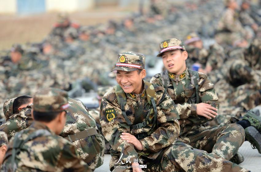 """探访""""95后""""新兵军营生活【9】--图说中国--人民网"""