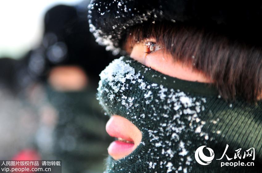 12月24日,新疆公安边防总队训练基地女子特勤分队进行冬季特战训练过程中,队员们呼出的哈气在防寒面罩上结成霜。