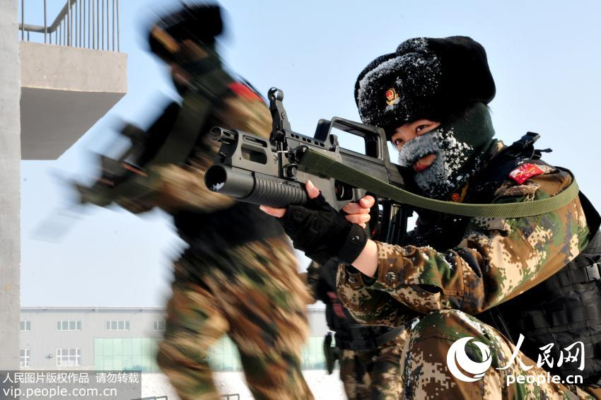 12月24日,新疆公安边防总队训练基地女子特勤分队队员正在进行负重狙枪瞄准训练。