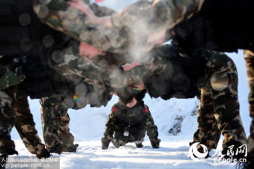 12月24日,新疆公安边防总队训练基地女子特勤分队队员进行抗寒体能训练。