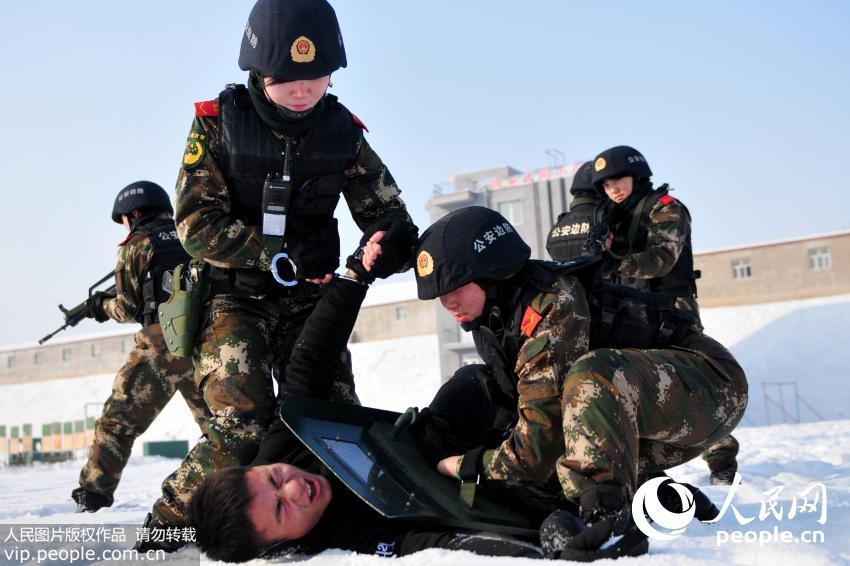 """12月24日,新疆公安边防总队训练基地女子特勤分队队员进行执勤反袭击训练,迅速制服""""犯罪嫌疑人""""。"""