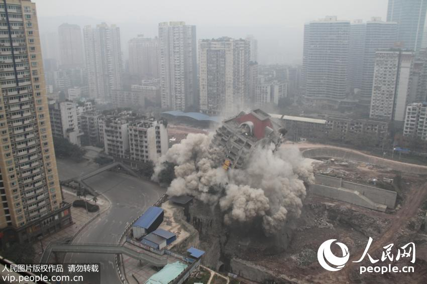 实拍重庆沙坪坝怡馨大厦爆破 全程仅2秒