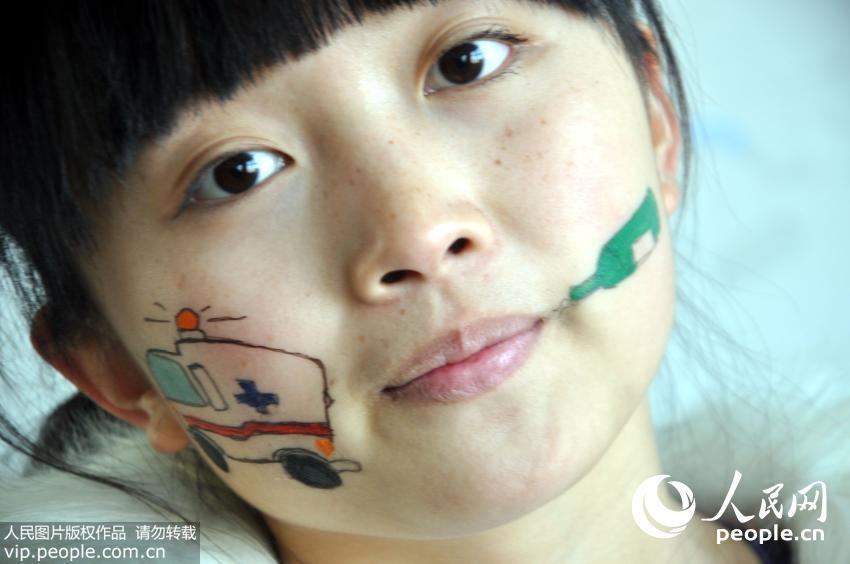 山东聊城大学生创意人体绘画宣传平安春运