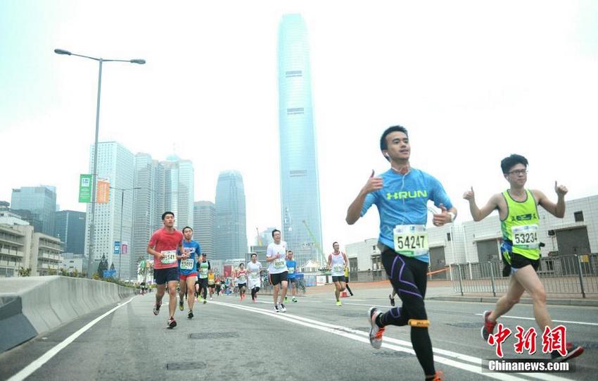 日,一年一度的香港马拉松清晨展开,有超过7万人报名参加 .香港