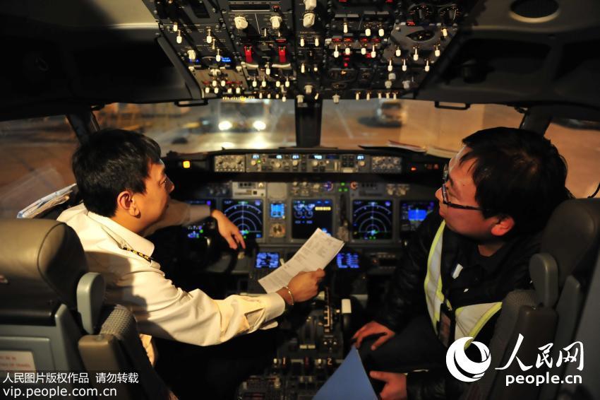 单志鹏按照工作单与机长在飞机驾驶舱内