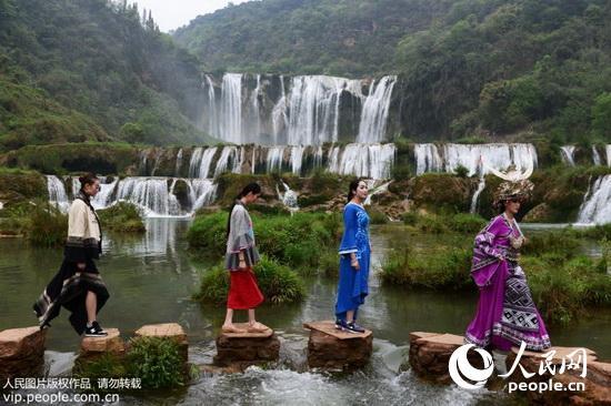 时装模特穿过九龙瀑布风景区