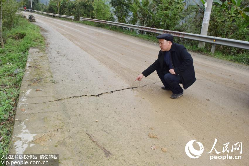加镇柳基村公路路基开裂