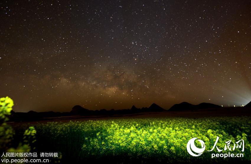 浩瀚星河下,云南罗平数十万亩油菜花呈现出另一种美,静谧、空灵、幽深,显示出大自然的神奇静美。(毛虹/人民图片)详细