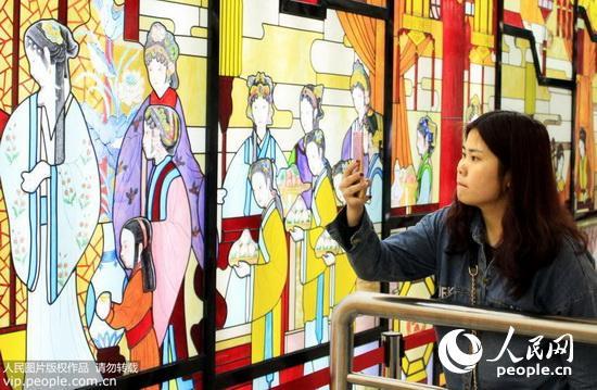 南京地铁不堪场面_南京市民清明小长假时兴\