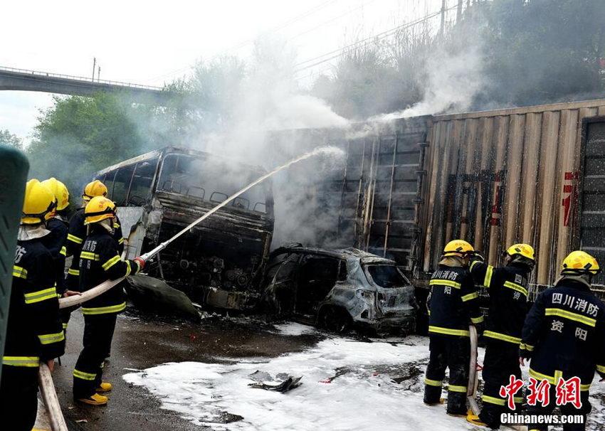 厦蓉高速四川资阳段大货车追尾撞10多车致3人伤