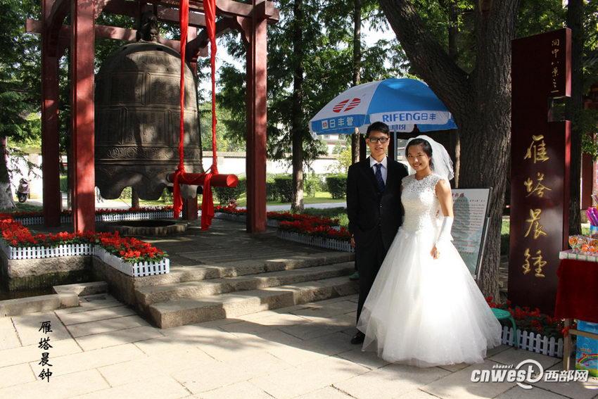 """王超和王新娜的""""关中八景""""婚纱照之雁塔晨钟。"""
