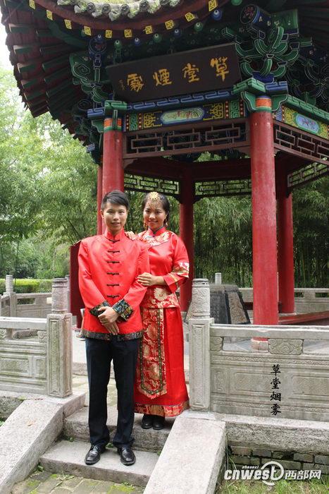 """王超和王新娜的""""关中八景""""婚纱照之草堂烟雾。"""