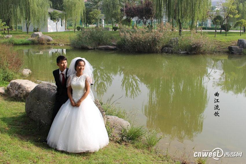 """王超和王新娜的""""关中八景""""婚纱照之曲江流饮。"""