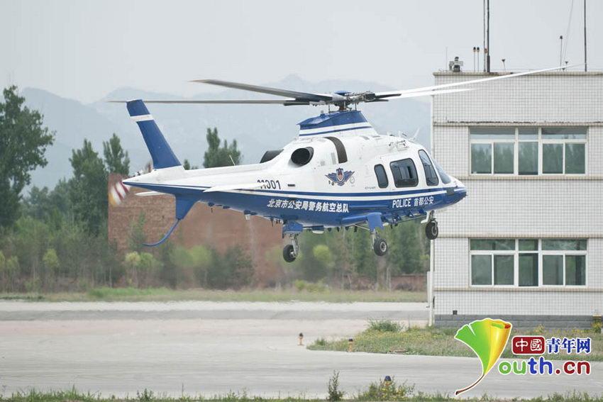 直升飞机在空中进行悬停.