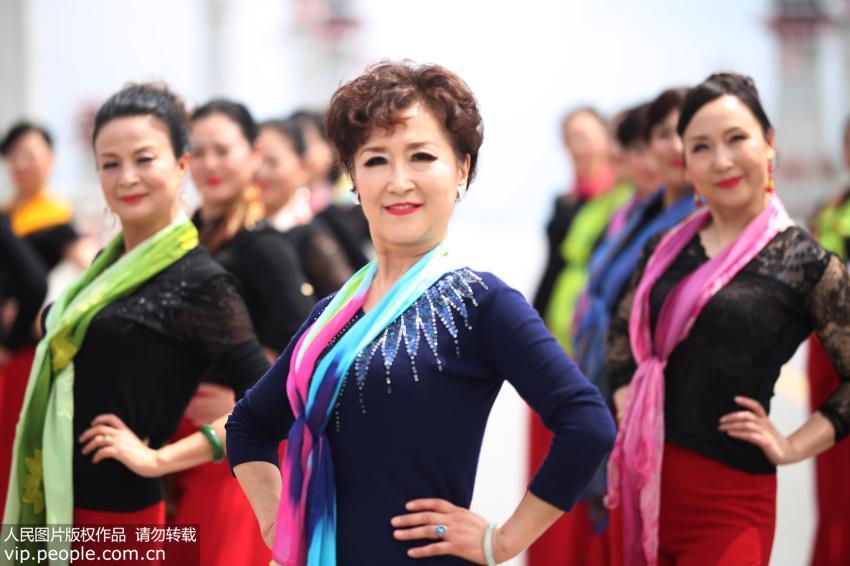 高清组图:江西铅山上演中老年模特走秀表演【