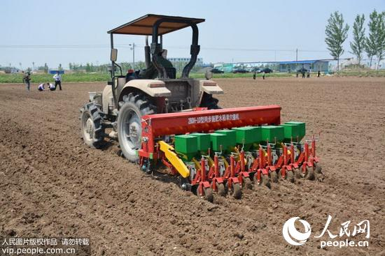 农业大学罗锡文院士研制的同步施肥水稻旱穴直播机和图片