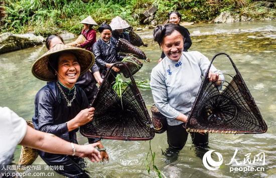 2015年7月28日(农历六月十三),贵州省从江县加榜乡下尧村壮族同胞举行一年一度的嬉水节。 节日当天,活动丰富多彩,举行祭祖仪式之后,活动正式开始。先后进行划竹筏、潜水、游泳、跳水等比赛,激烈的比赛赢来观众的阵阵掌声,吸引上百名全国各地的摄影师及游客前来观看。除了这些比赛活动之外,还举行了壮族煨酒酿造展示和抓鱼活动表演。(吴德军/人民图片) (声明:凡带有人民图片字样图片,系版权图片,受法律保护,使用(含转载)需付费,欢迎致电购买:010-65363647或021-63519288。)