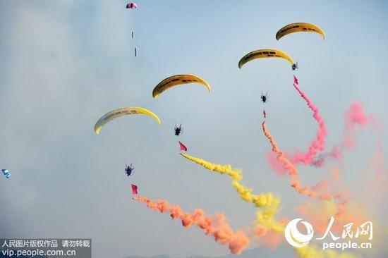 开幕式上的动力滑翔伞空中队列拉烟表演.