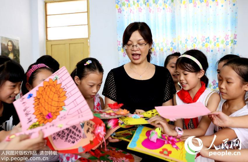 四川华蓥小学生亲手绘制老师送组图(小学)贺卡阳明路图片