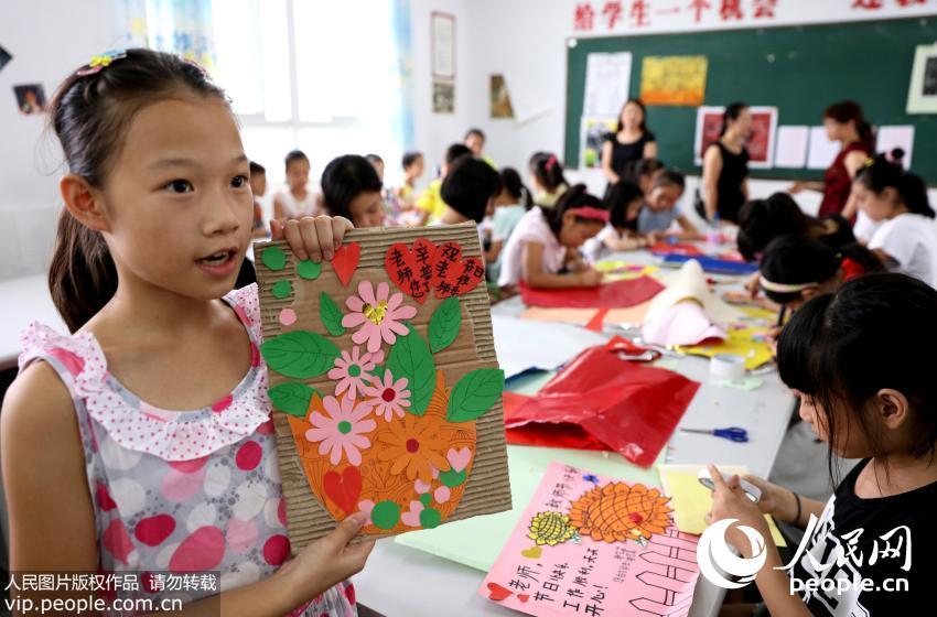 四川华蓥小学生亲手绘制贺卡送老师(组图)
