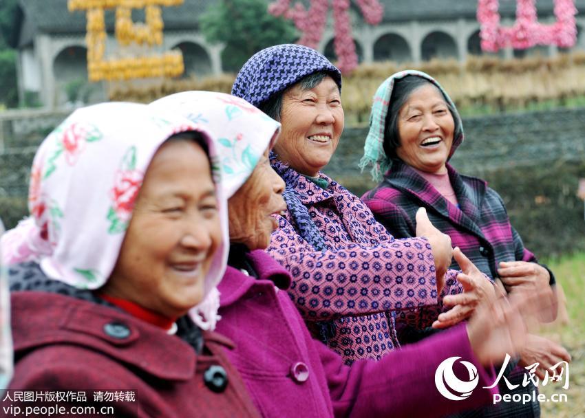刚刚表演完的江西省婺源县紫阳镇考水瑶湾村的几名农家大妈这辈子第