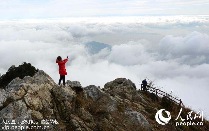 2015年11月25日,游客在江西庐山五老峰欣赏云海美景。(胡国林/人民图片)