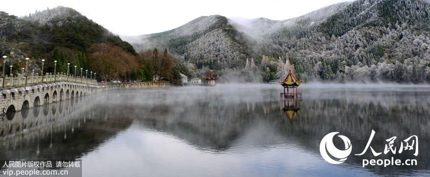2015年11月25日,云雾缭绕的江西庐山芦林湖幻如仙境,如同瑶池一般。(胡国林/人民图片)