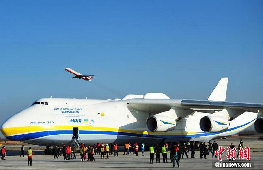 12月14日下午,世界最大货运飞机安-225运载约180吨设备第8次平稳降落石家庄机场。此次运输为德国某汽车公司用于整车生产的模具,飞行路线为由德国莱比锡启运,途径土库曼斯坦、哈萨克斯坦进行技术经停后运抵石家庄机场,再通过陆路运往北京。 (翟羽佳)