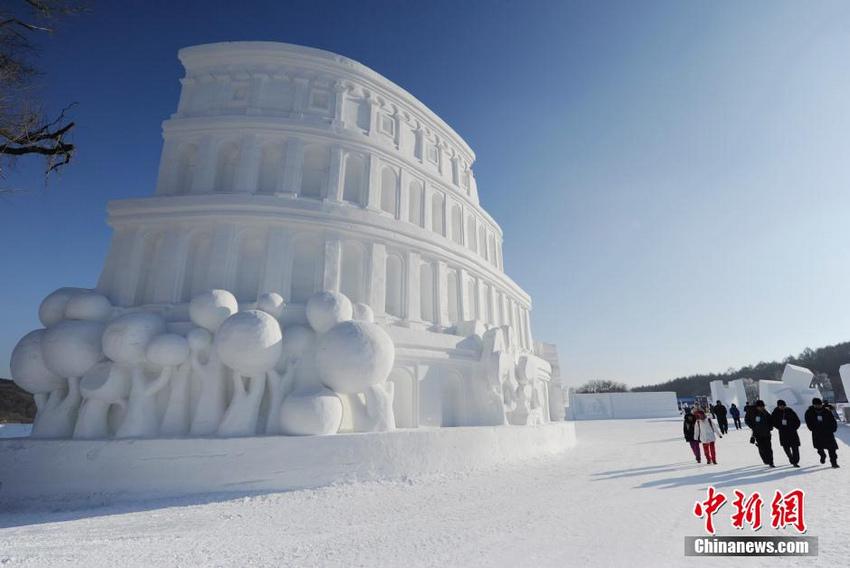 1月4日,2016中国长春冰雪旅游节在长春净月雪世界内开幕,200余座雪雕集中亮相。净月雪世界总占地面积56万平方米,总用雪量15万立方米,200余座各类雪雕为游客营造了一个壮观的冰雪童话世界。(张瑶)