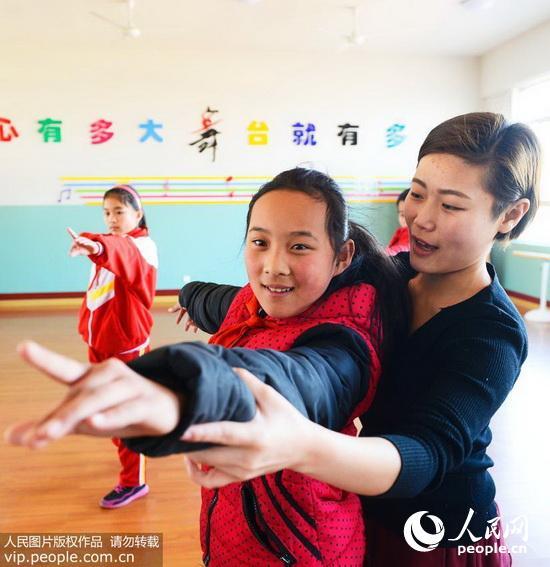 日照市妇女儿童活动中心舞蹈老师苗雨在给学生上舞蹈课.