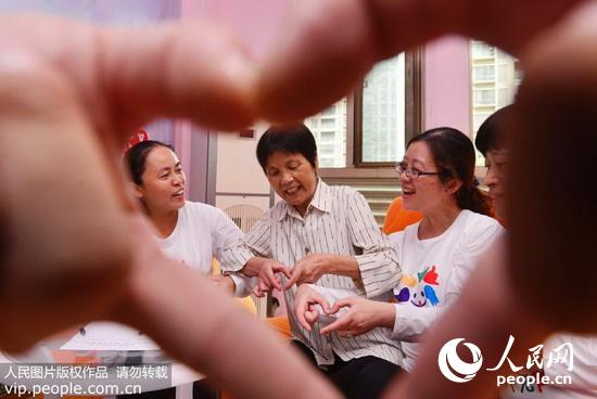 聋哑人用手势感谢志愿者.-合肥 无声世界架 金桥 2016.3.16 海外版4版
