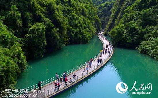 游人在湖北省宣恩县狮子关风景区的