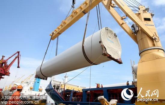 2016年5月22日,由重山风力设备(连云港)有限公司生产34套风力发电塔架在江苏连云港港码头装船出口英国。 经过近年来的发展,连云港新兴的风电产业呈现出加速集聚、快速发展的良好势头,形成了从叶片、塔架、风电电机控制系统到机组的风电装备研发制造产业链,成为江苏重要的风电装备产业基地之一。(王健民/人民图片) (声明:凡带有人民图片字样图片,系版权图片,受法律保护,使用(含转载)需付费,欢迎致电购买:010-65363647或021-63519288。)