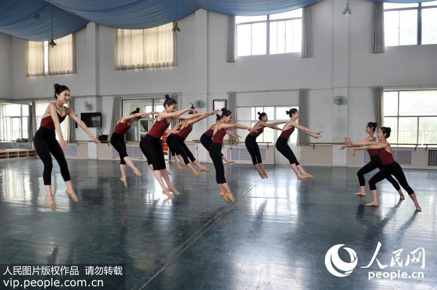 高清组图 舞蹈专业女生拍摄唯美毕业照致青春