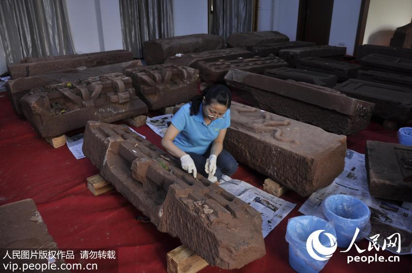 2014年9月22日,陈卉丽正在修复馆藏文物。(受访者供图)