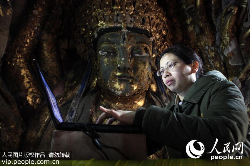 2013年3月5日,石质修复师陈卉丽在千手观音抢救性保护工程现场。